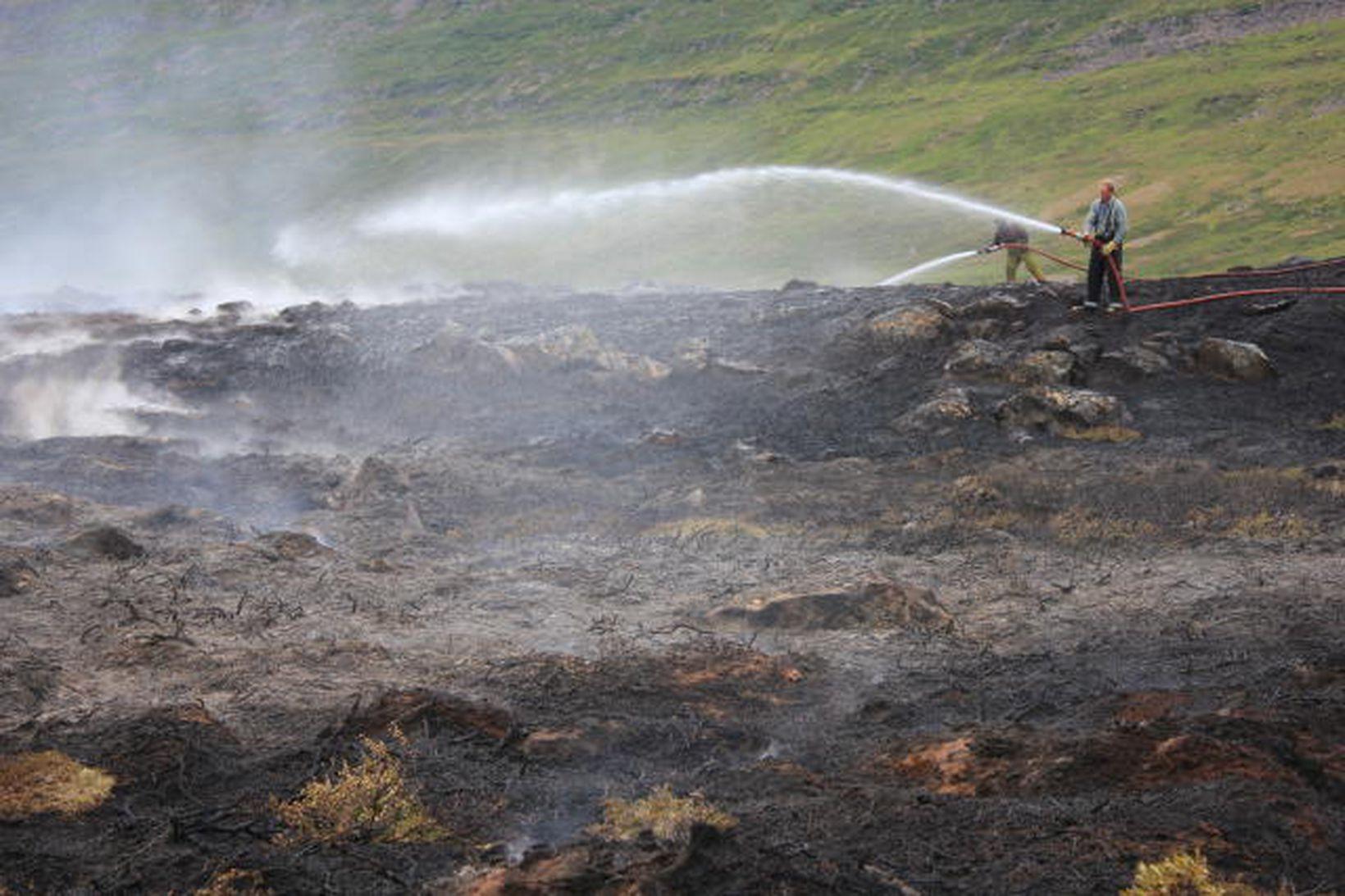 Slökkviliðsmenn úr slökkviliði Súðavíkur að störfum á vettvangi í gær.