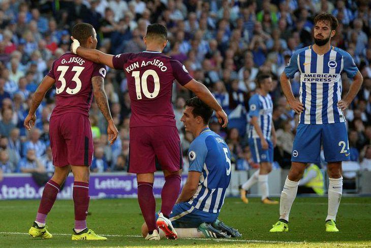 Gabriel Jesus og Sergio Agüero, leikmenn Manchester City, glaðir í bragði eftir að Lewis Dunk, ...