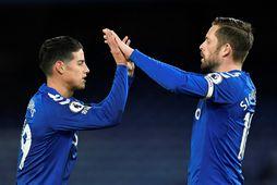 Gylfi Sigurdsson og James Rodriguez fagna fyrra marki Gylfa gegn Tottenham.