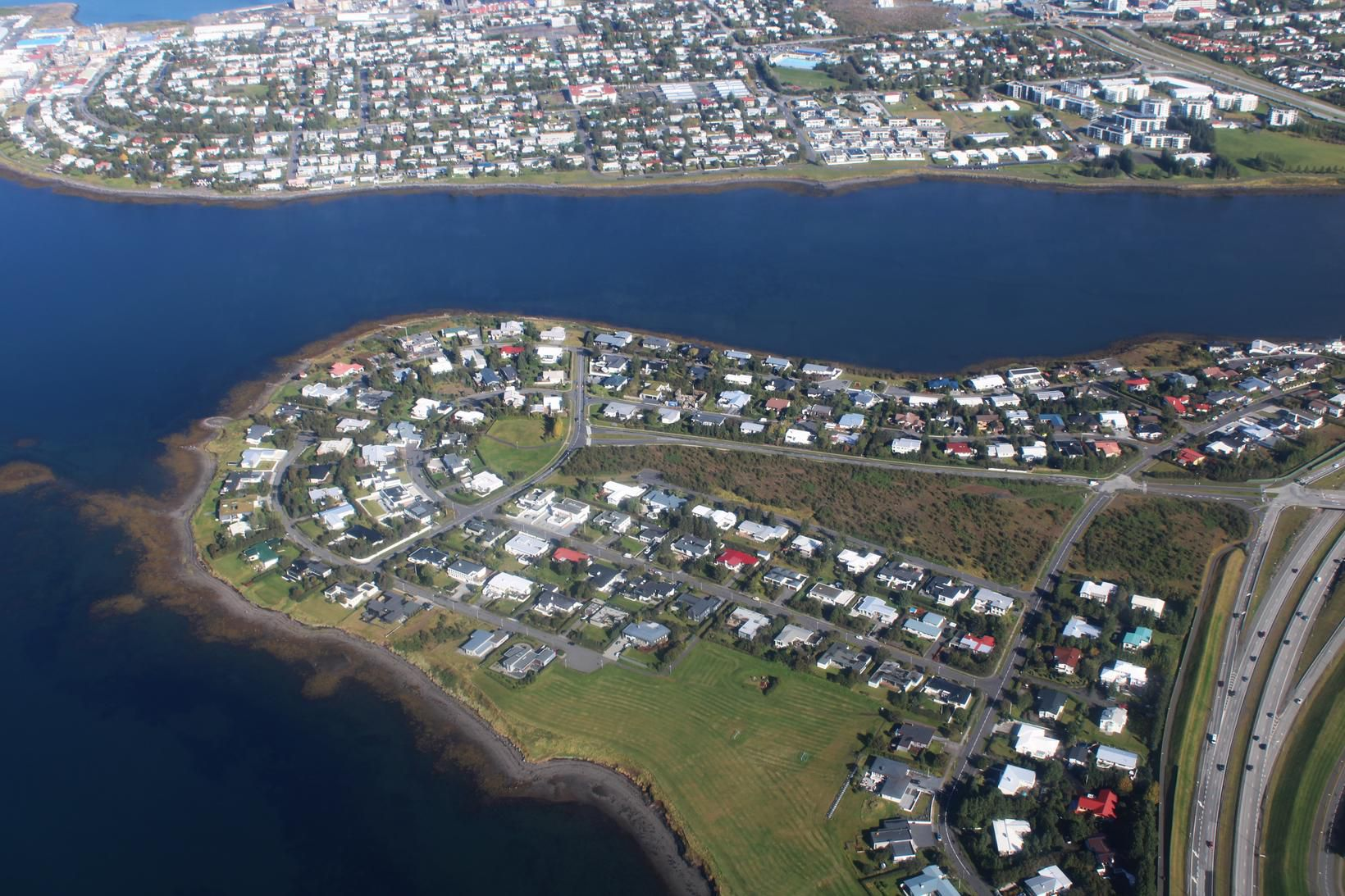 Alþjóðaskólinn á Íslandi er staðsettur í Garðabæ.