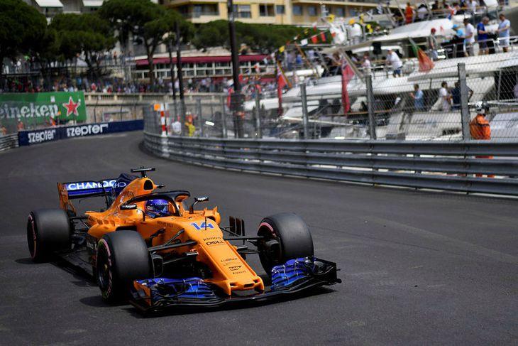 Fernando Alonso á McLaren á ferð í Mónakó í gær.