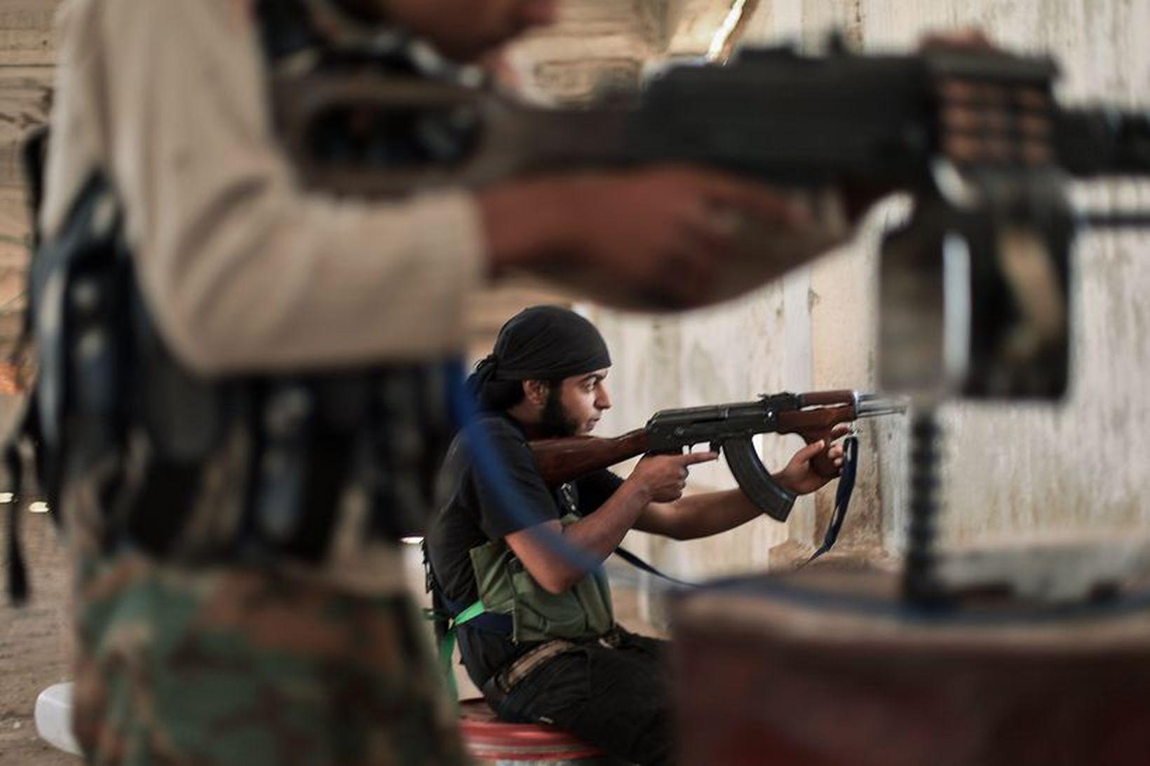Sýrlenskir uppreisnarmenn hafa átt í átökum við ISIS eins og …