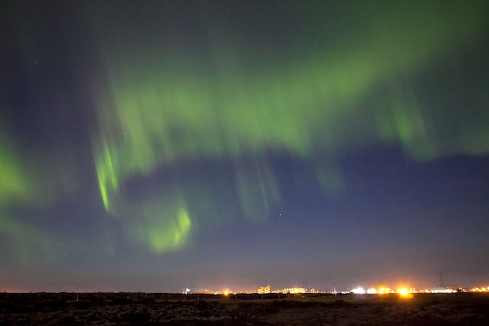 Norðurljós yfir Straumsvík í Hafnarfirði.