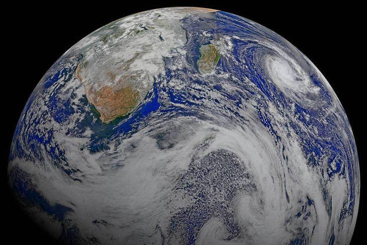 Samsett mynd sem Suomi National Polar-orbiting Partnership-geimfarið tók af sunnanverðri Afríku og höfunum í kring ...