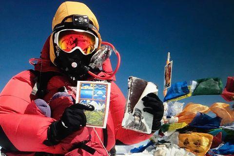 Vilborg Arna Gissurardóttir með bókina um Gísla frá Uppsölum á toppi Everest.