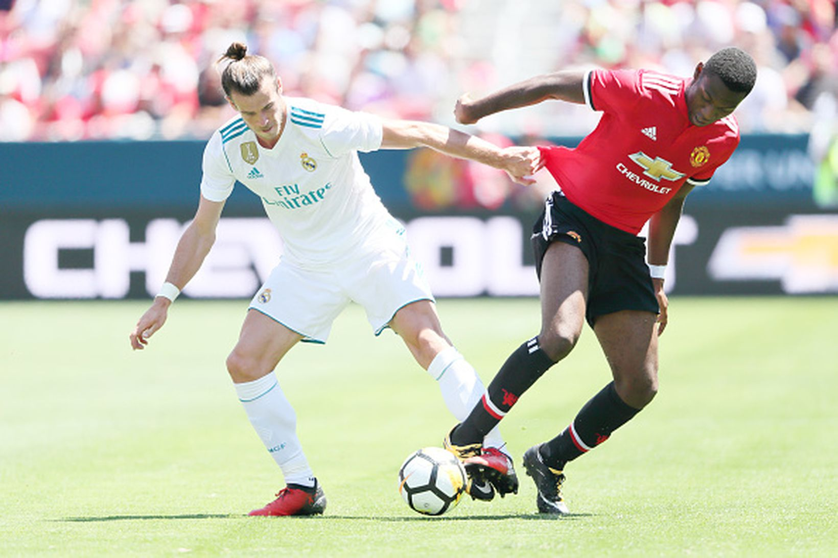 Timothy Fosu-Mensah í baráttu við Gareth Bale.