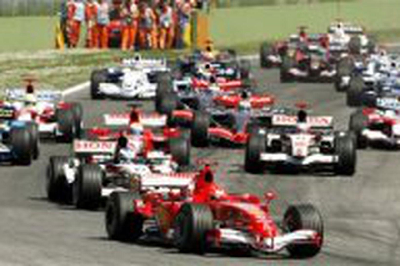 Michael Schumacher í fararbroddi ökumanna á Imolabrautinni í dag.