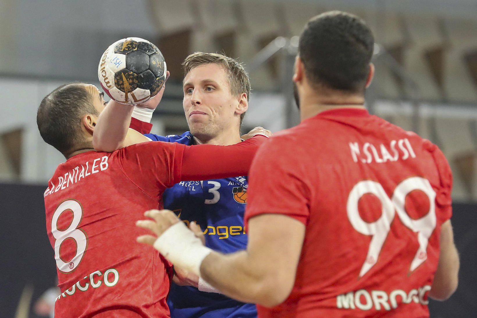 Ólafur Guðmundsson sækir að vörn Marokkó í kvöld.