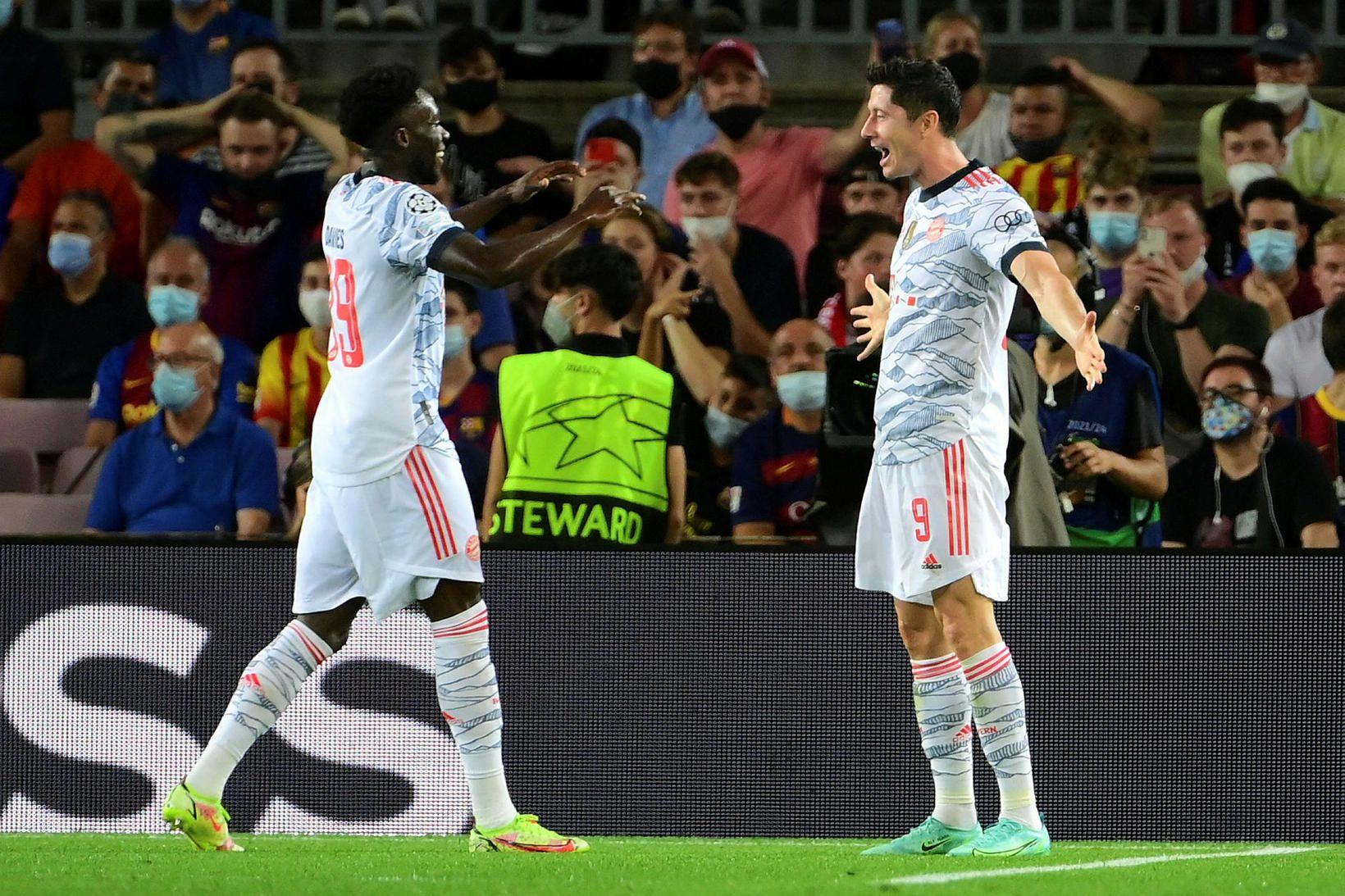 Robert Lewandowski og Alphonso Davies fagna í Katalóníu í kvöld.