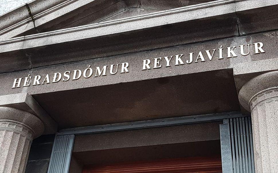 Manninum er gefið að sök að hafa ítrekað misnotað konurnar ...