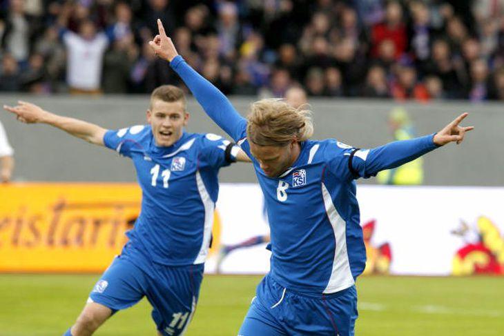 Birkir Bjarnason og Alfreð Finnbogason fagna fyrri marki Íslendinga í fyrri hálfleik.