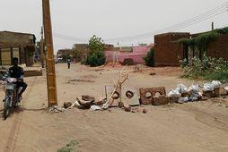 Mótmælendum hafa komið upp vegartálmum af ýmsum gerðum í höfuðborginni Khartoum.