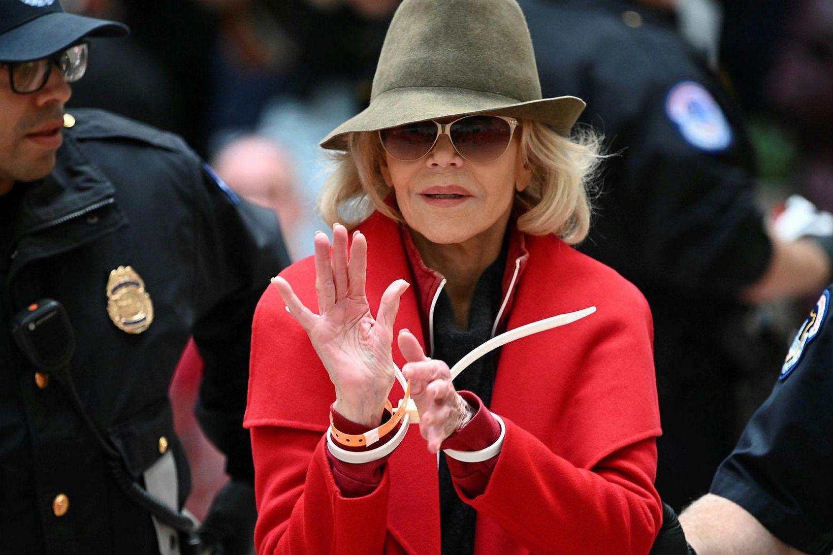 Jane Fonda í rauðu kápunni.
