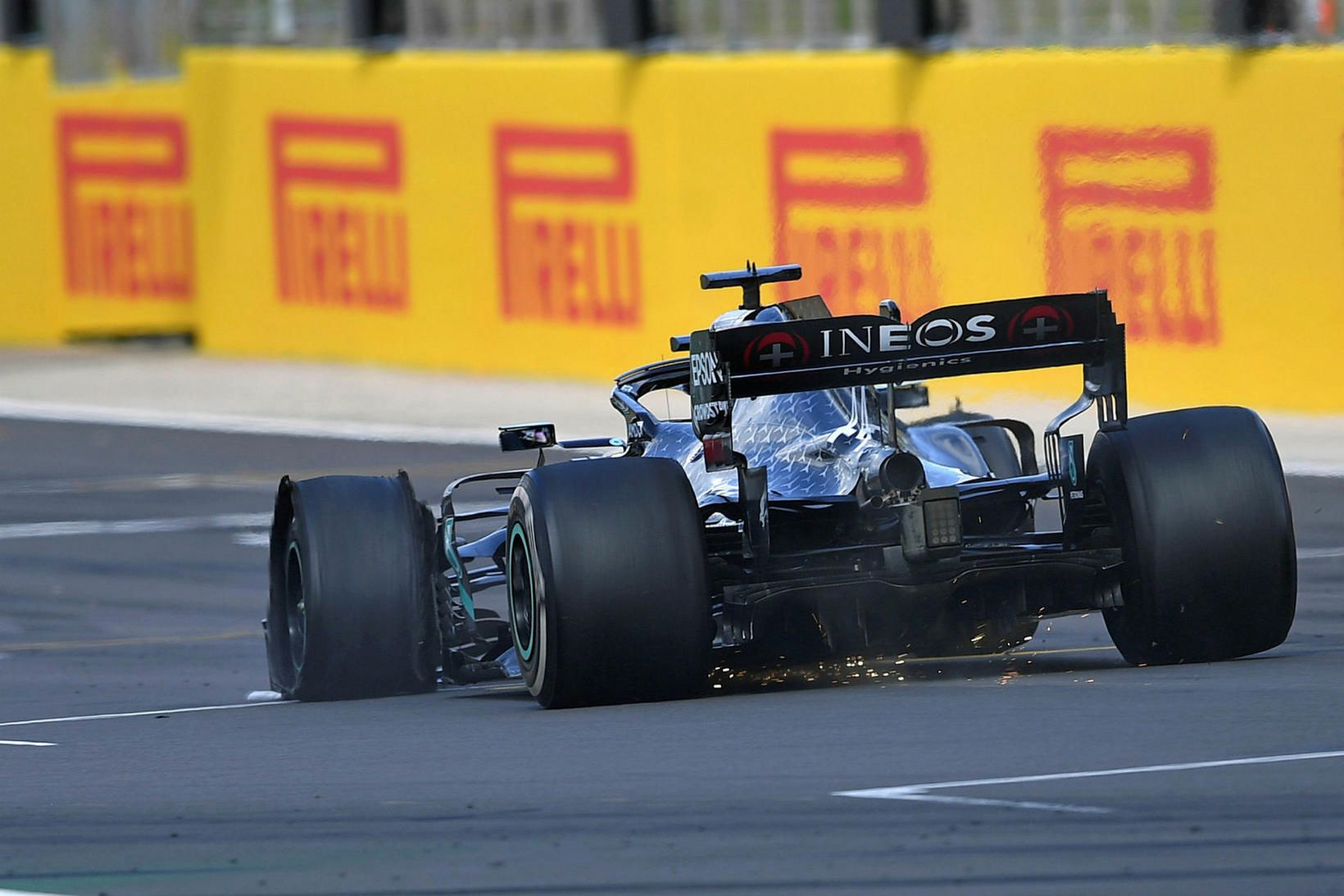 Lewis Hamilton komst í mark á lokahringnum á sprungnu dekki …