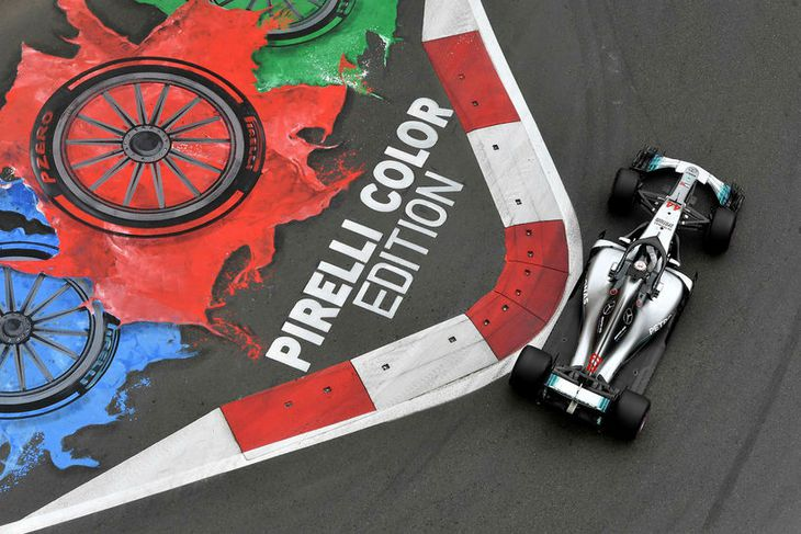 Lewis Hamilton á Mercedes Benz bílnum í Bakú.