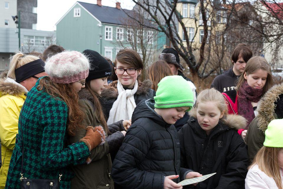 Börn jafnt sem fullorðnir tóku þátt í páskabingóinu.