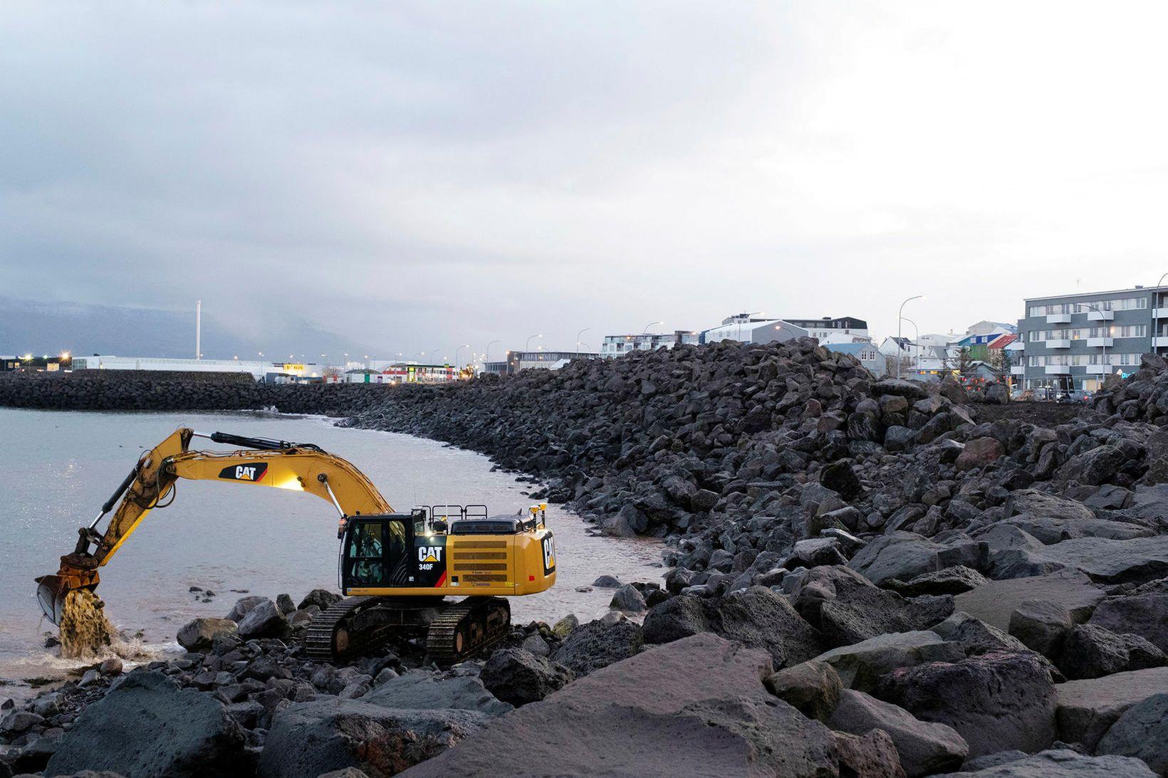 Unnið að gerð varnargarðs við Eiðisgranda.