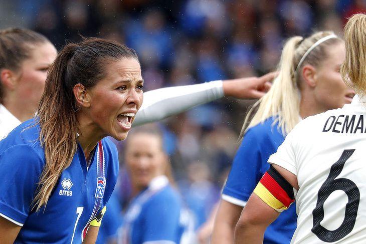 Sara Björk Gunnarsdóttir öskrar sínar konur áfram.