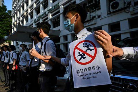 """Stúdentar í Hong Kong taka hér þátt í """"mannlegri skólakeðju"""" sem hluta af mótmælunum sem ..."""