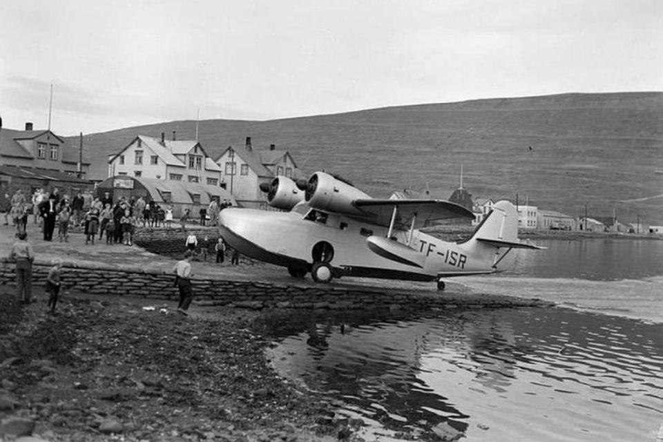 Gruman Goose-flugbátur Flugfélags Íslands á flugplaninu við Strandgötu 35 árið 1948.