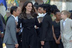 Angelina Jolie ásamt börnum sínum.