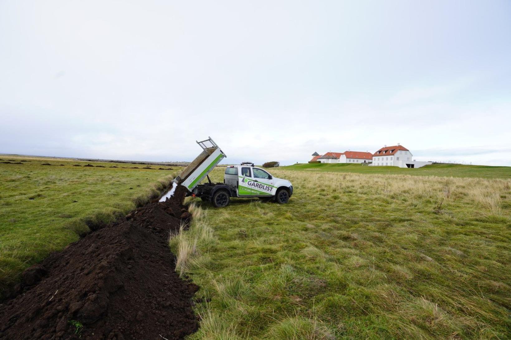 Lokið hefur verið við að fylla upp í skurði og …