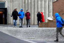 Ferðamenn við Hallgrímskirkju í miðborg Reykjavíkur.