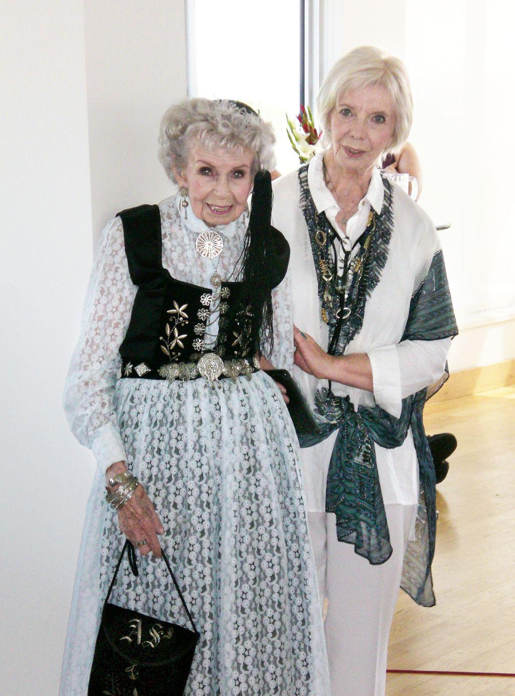 Mæðgur Linda F. Sigurdson Collette og Helga Sigurdson í fyrra. Þær hafa báðar verið fjallkonur.