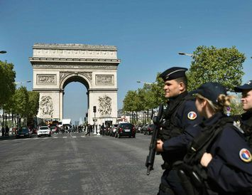 Franskir lögreglumenn við eftirlit á Champs-Elysees.
