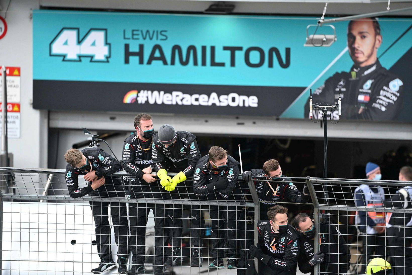 Liðsmenn Lewis Hamilton fagna honum komandi í mark í Nürbrurgring …