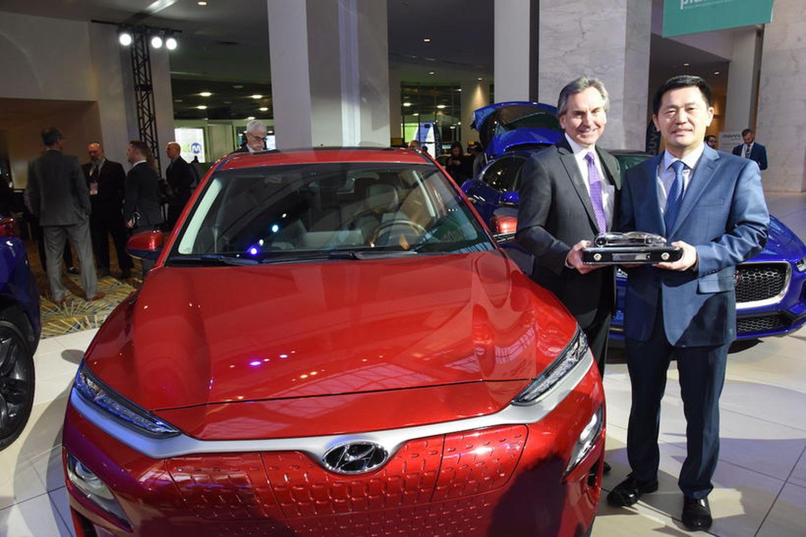 Fulltrúi Hyundai tekur við NAUVY viðurkenningu Kona í Detroit.