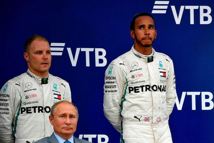 Valtteri Bottas (l.t.h.) var ekki brosmildur á verðlaunapallinum og svipurinn á Lewis Hamilton líkist vþí ...