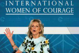 Jill Biden í sumarlegum kjól sem svipar til kjól í fataskáp Meghan hertogaynju.