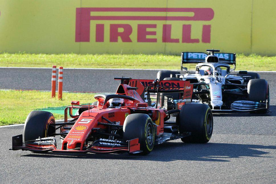 Sebastian Vettel (t.v.) og Lewis Hamilton glíma í kappakstrinum í ...