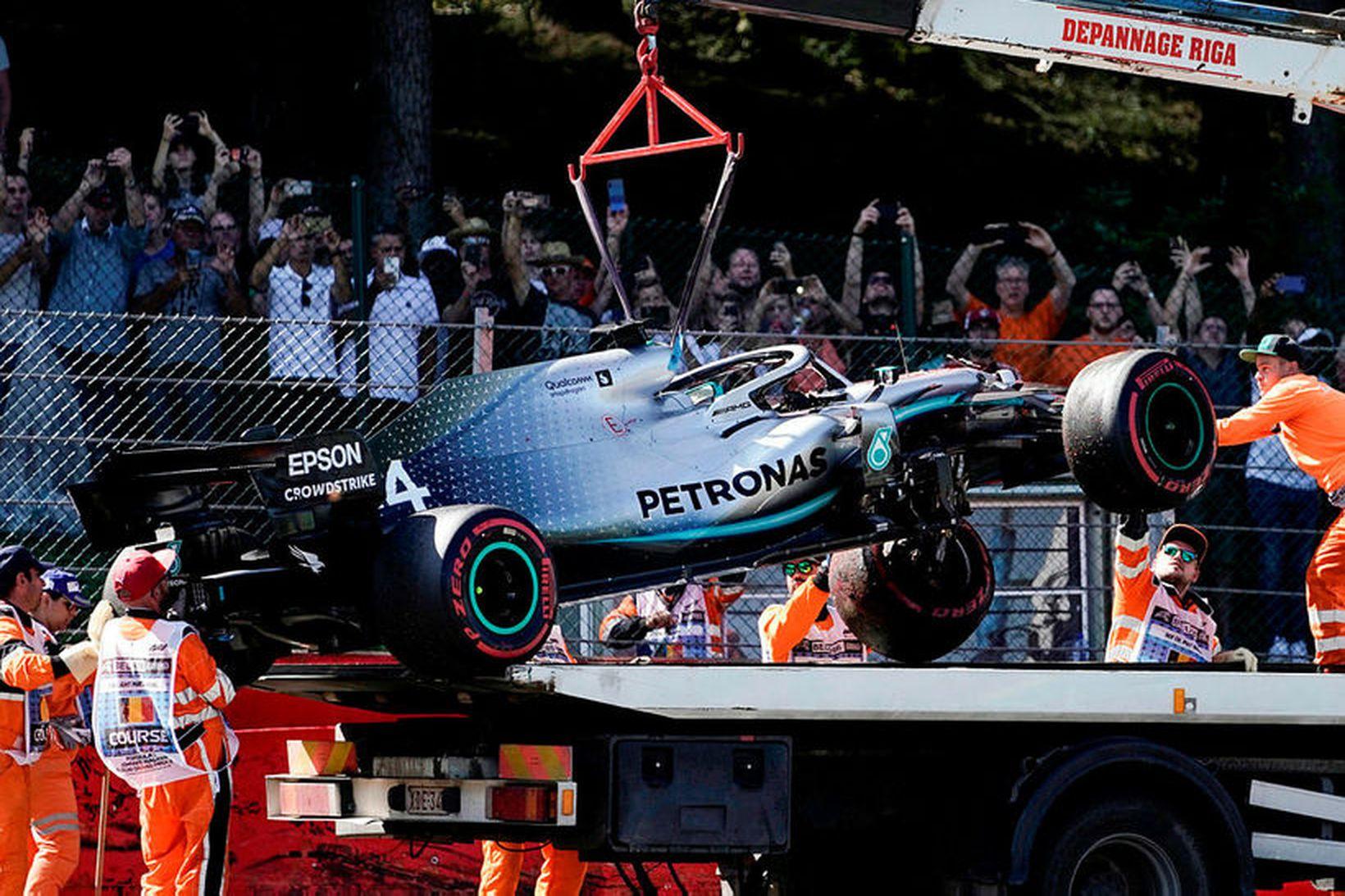 Tjónaður Mercedesbíll Lewis Hamilton hífður á brott eftir ákeyrslu á …