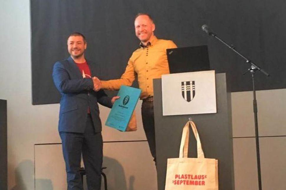 Marteinn Haraldsson einn eiganda Seguls 67 brugghúss tekur við viðurkenningunni ...