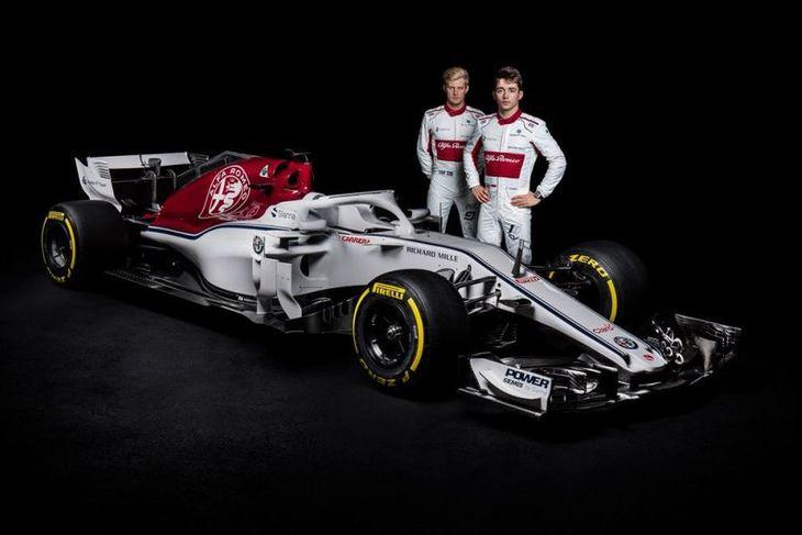 Marcus Ericsson (t.v.) og Charles Leclerc við keppnisbíl Sauber 2018.