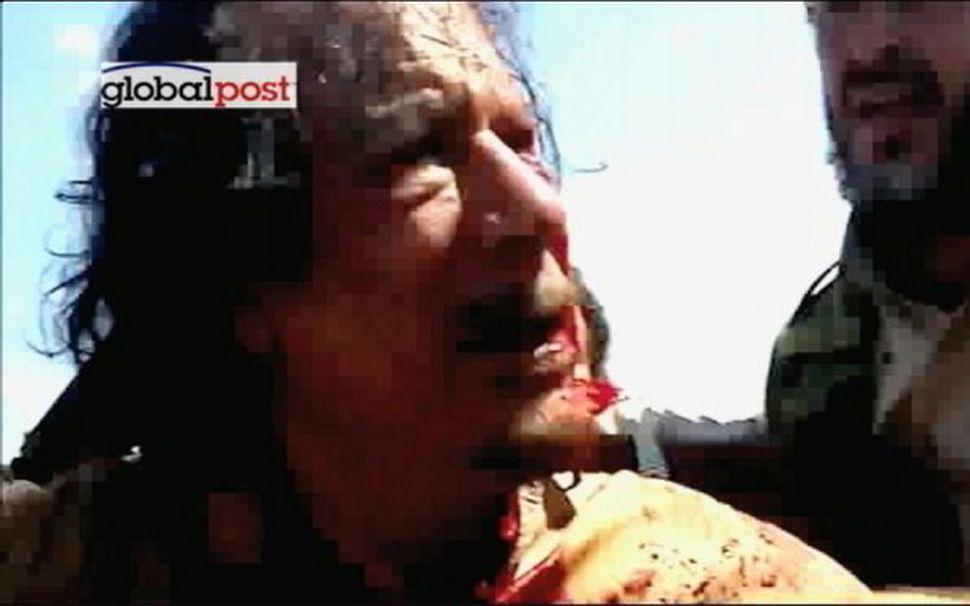 Mynd úr myndskeiði, sem birt var í dag af Gaddafi ...
