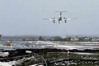 Vél kemur inn til lendingar á suðvesturbraut Reykjavíkurflugvallar sem lokað var í sumar.