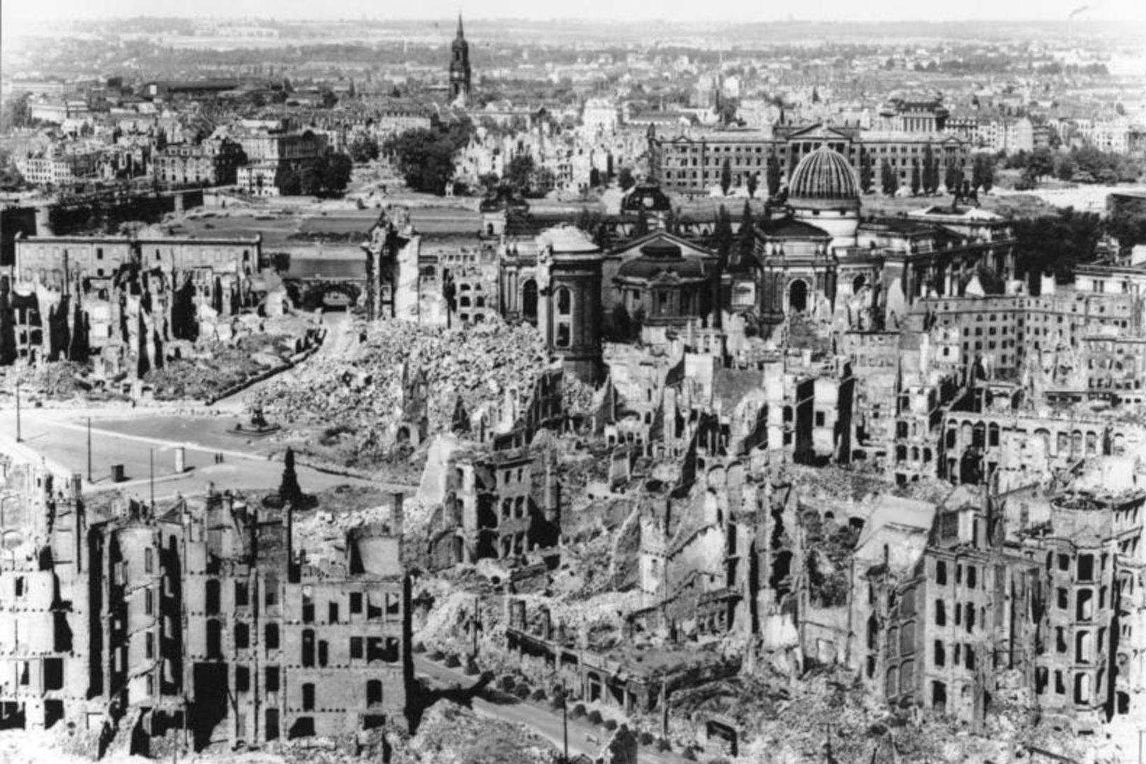 Gamli bærinn í Dresden í rúst eftir loftárásirnar fyrir 75 …
