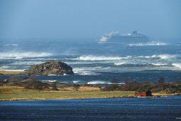 Tekist hefur að halda skipinu stöðugu, en aftakaveður er á svæðinu og ölduhæð mikil.