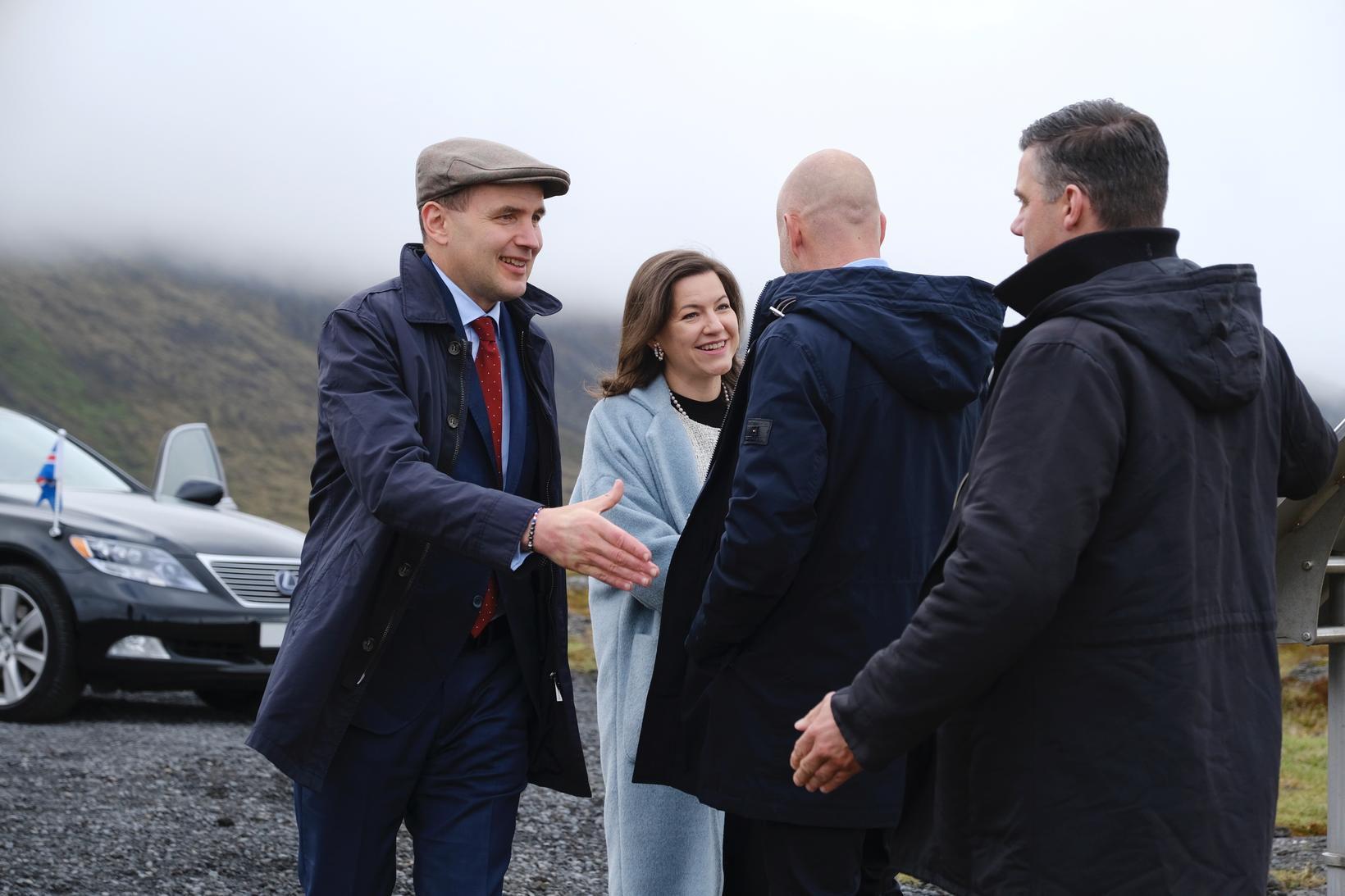 Elliði Vignisson bæjarstjóri Þorlákshafnar og Gestur Kristjánsson forseti bæjarstjórnar tóku …