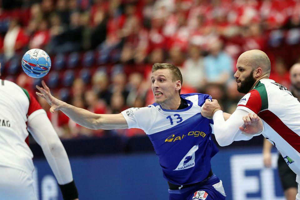 Ólafur Guðmundsson sækir á Ungverja.