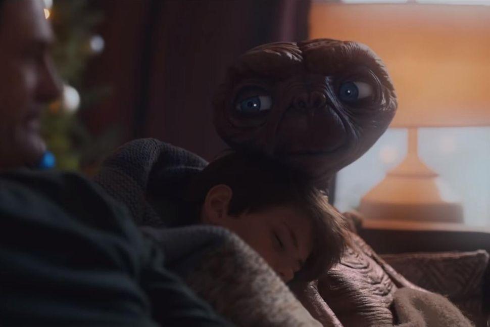 E.T. eyðir jólunum með Elliot og fjölskyldu.