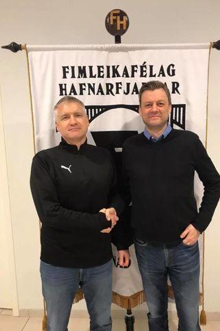Magnús handsalar samninginn við Ásgeir Jónsson formann handknattleiksdeildar FH.