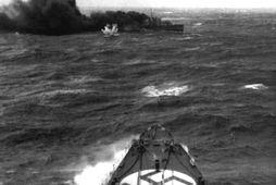 HMS Glowworm sést hér skjóta reyksprengjum. Myndin er tekin í miðri orrustu um borð í …