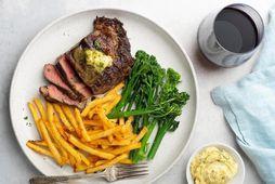 Grilluð rib-eye steik með frönskum og brokkolíni að hætti Snorra hjá Matur og Myndir.