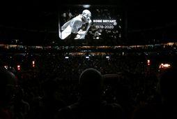 Kobe Bryant var á stórum skjá í höllinni í New Orleans fyrir leik liðsins gegn …