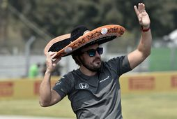 Fernando Alonso veifar áhorfendum á heiðurshring ökumanna fyrir kappaksturinn í Mexíkóborg.
