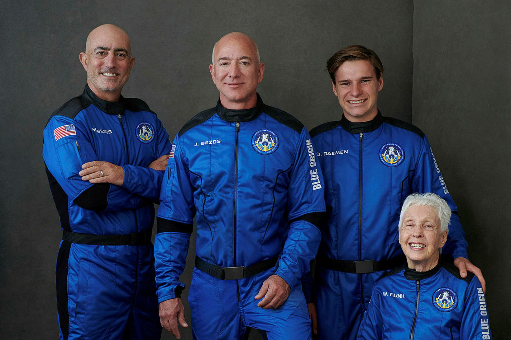 Hópurinn sem flaug út í geim með Blue Origin. Frá …